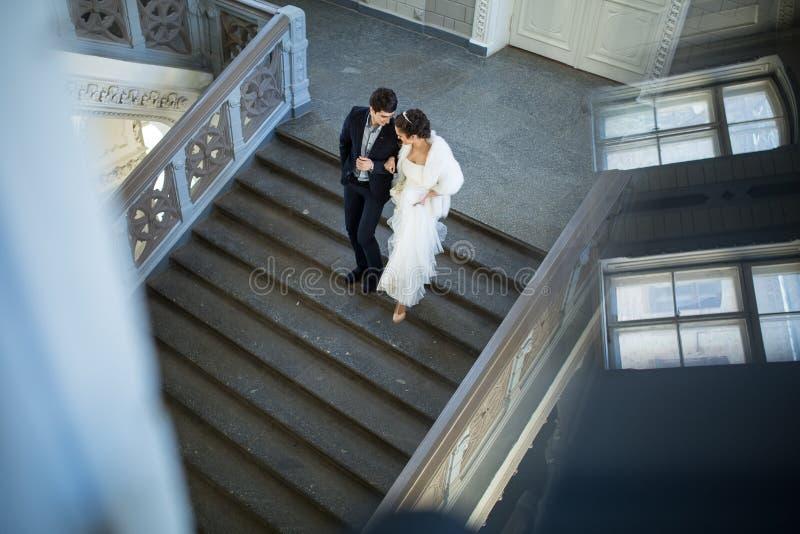 Pares de lujo de la boda que celebran caminar de las manos imagenes de archivo