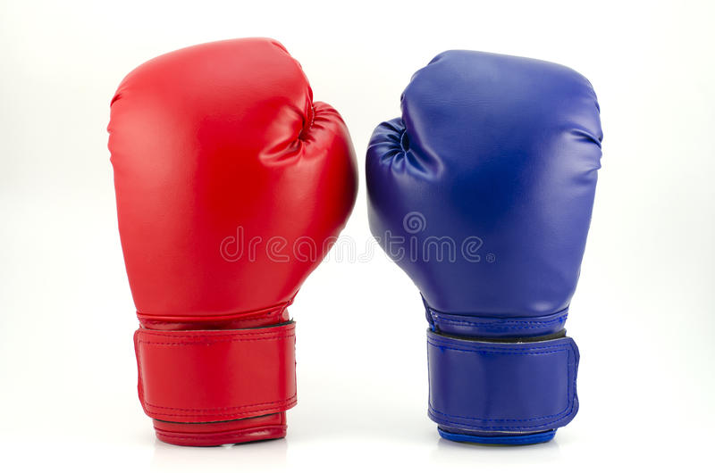 Pares de luvas de encaixotamento de couro vermelhas e azuis isoladas no branco foto de stock royalty free