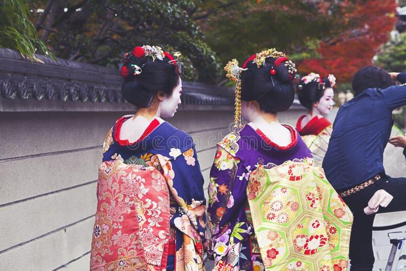 Pares de Maiko que caminan en Kyoto, Japón fotos de archivo