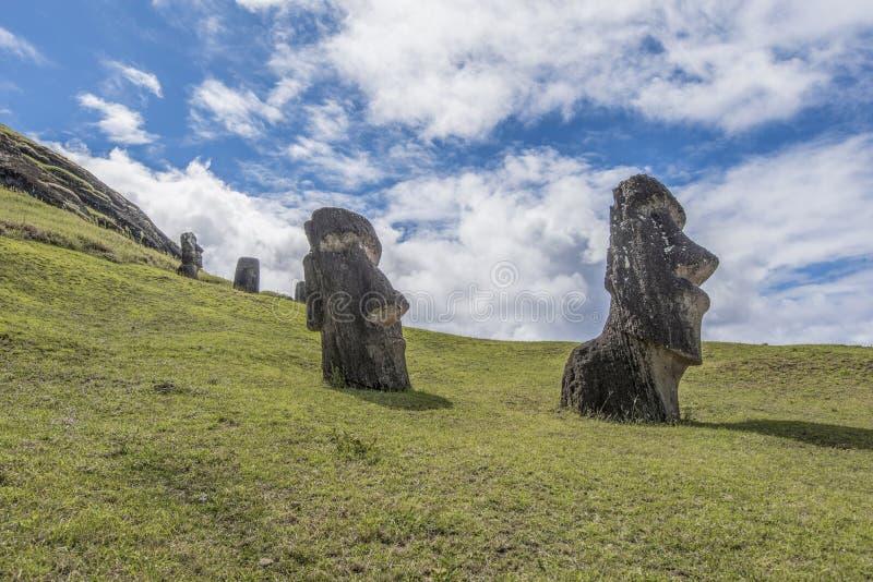 Pares de moai subterrâneo no vulcão extinto Rano Raraku imagens de stock