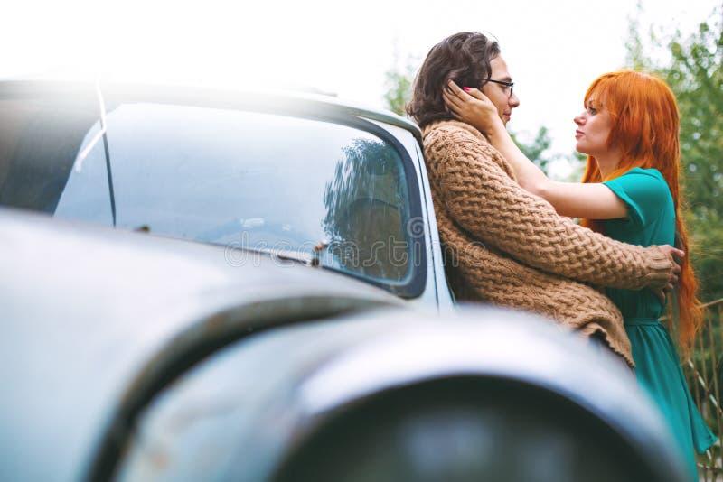 Pares de moda brillantes que se divierten y que se besan al aire libre fotografía de archivo