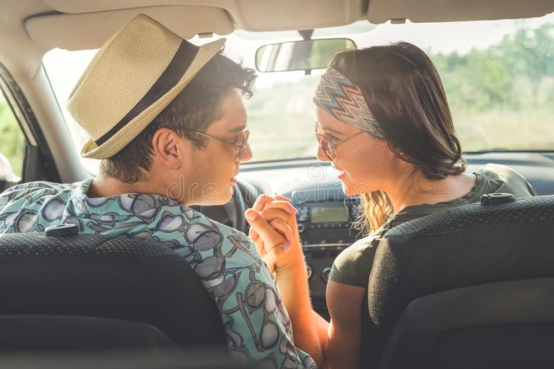 Pares de moda de turistas en interior del coche fotos de archivo