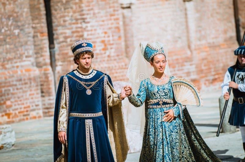 Pares de nobles medievales en desfile fotos de archivo libres de regalías