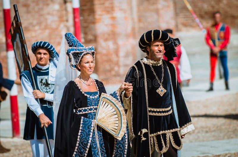 Pares de nobles medievales en desfile imagen de archivo libre de regalías