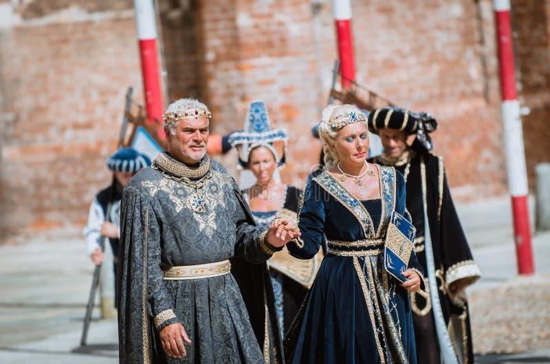 Pares de nobres medievais na parada foto de stock