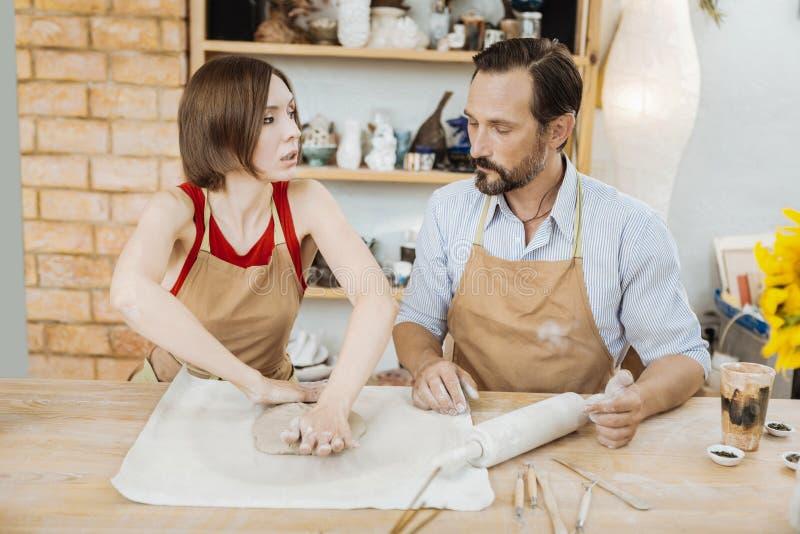 Pares de oleiro casados que trabalham na oficina espaçoso imagem de stock royalty free