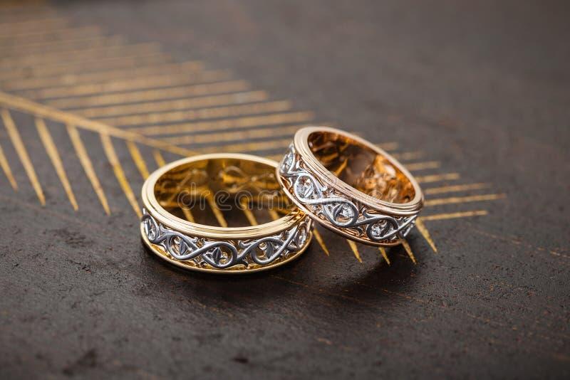 Pares de oro rosado original y de anillo de oro blanco con el ornam floral imagen de archivo libre de regalías