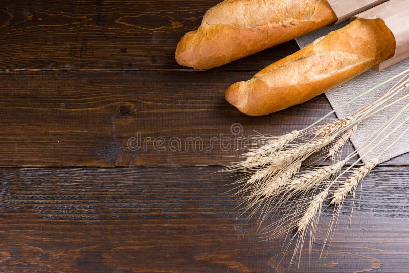 Pares de panes del pan francés y de tallos del trigo imagen de archivo libre de regalías
