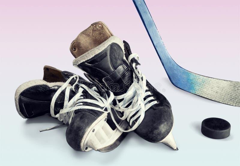 Pares de patines del hockey en fondo foto de archivo libre de regalías