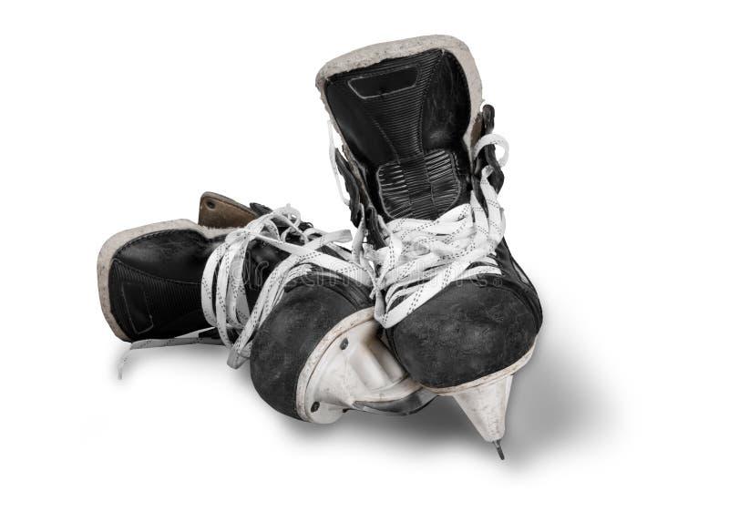 Pares de patines negros usados del hockey sobre hielo, aislados encendido imágenes de archivo libres de regalías
