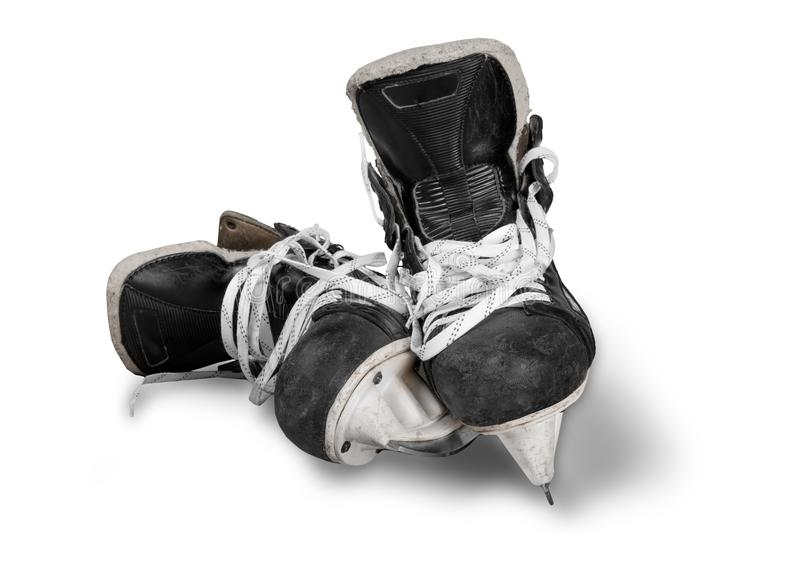 Pares de patins pretos usados do hóquei em gelo, isolados sobre imagens de stock royalty free