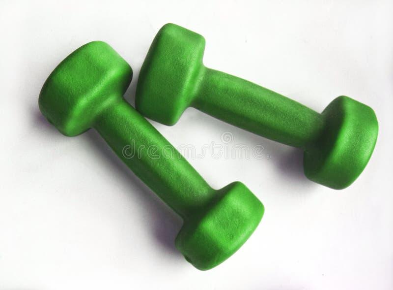 Pares de pesas de gimnasia verdes de la aptitud fotografía de archivo