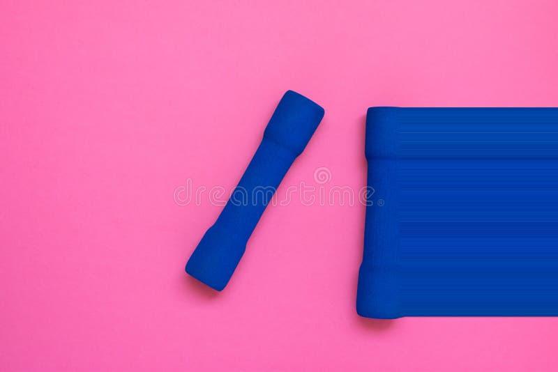 Pares de pesos azuis do ` s das mulheres na configuração cor-de-rosa fúcsia do plano da opinião superior do fundo Pulso aleatório fotos de stock royalty free