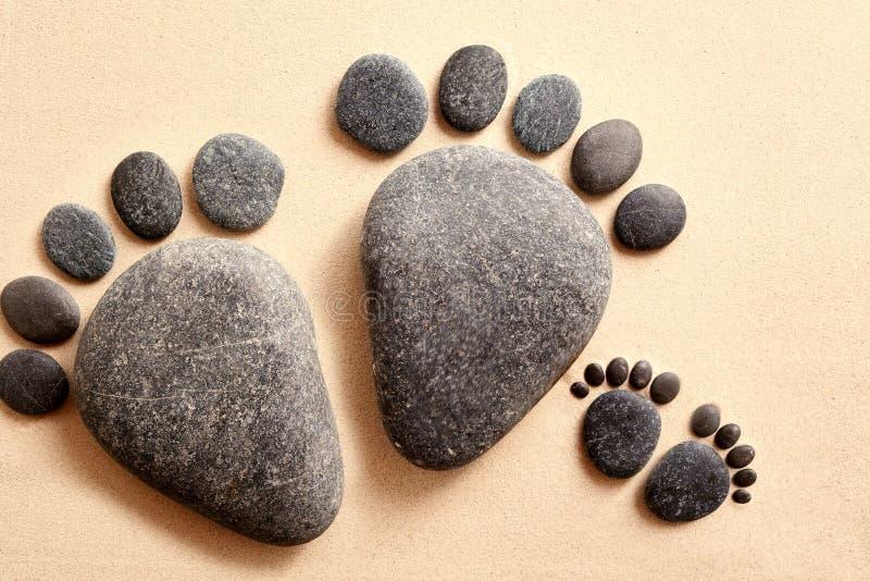 Pares de piedras en la forma de pies humanos imágenes de archivo libres de regalías