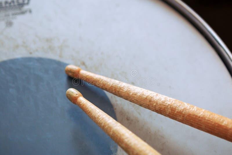 Pares de pilões que encontram-se no cilindro de tom-tom imagens de stock royalty free