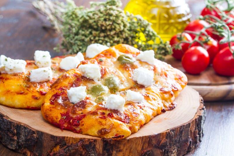 Pares de pizza com azeitonas e de margherita na madeira imagem de stock