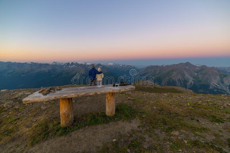 Pares de povos que olham o nascer do sol sobre o pico de montanha de Mont Blanc 4810 m ` Aosta de Valle d, aventuras italianas do fotografia de stock royalty free