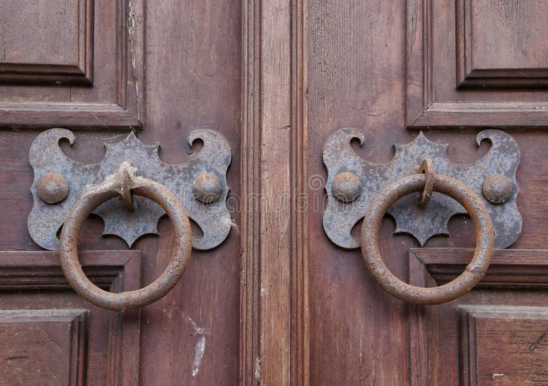 Pares de puxadores da porta oxidados do metal do vintage fotografia de stock royalty free
