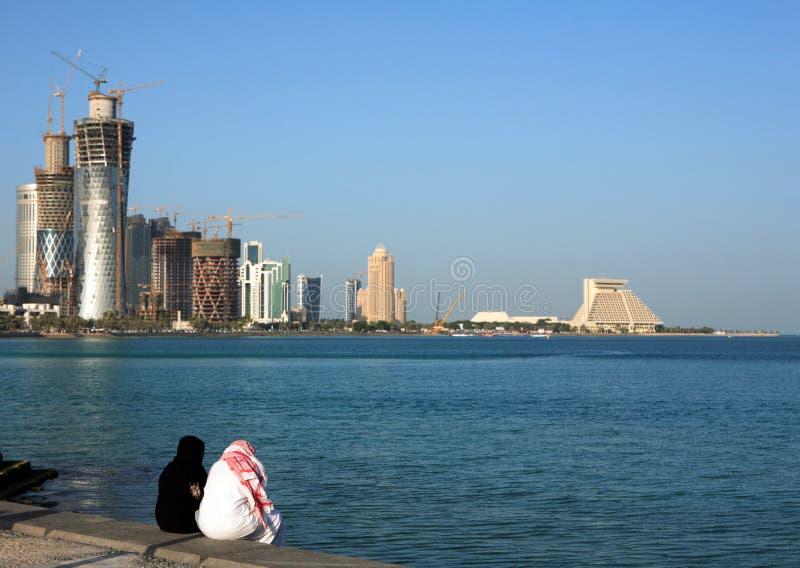 Pares de Qatari em Doha Corniche fotografia de stock