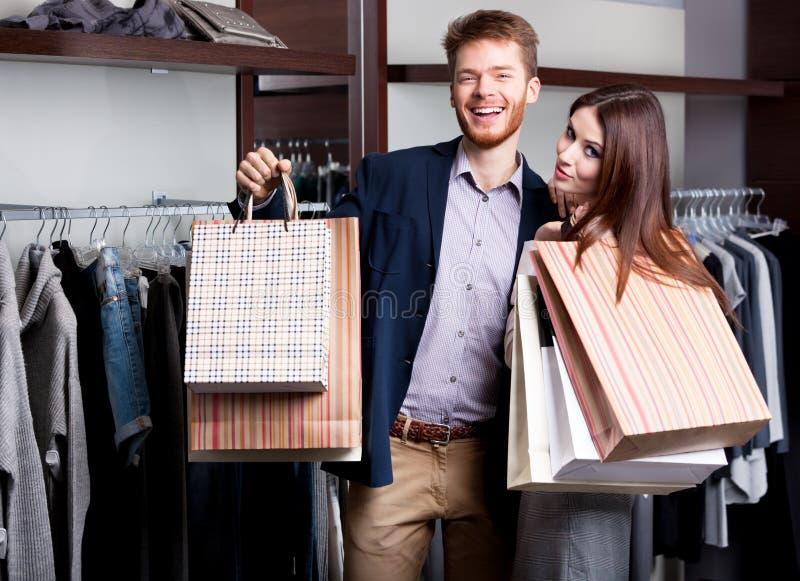 Pares de risa después de hacer compras foto de archivo libre de regalías