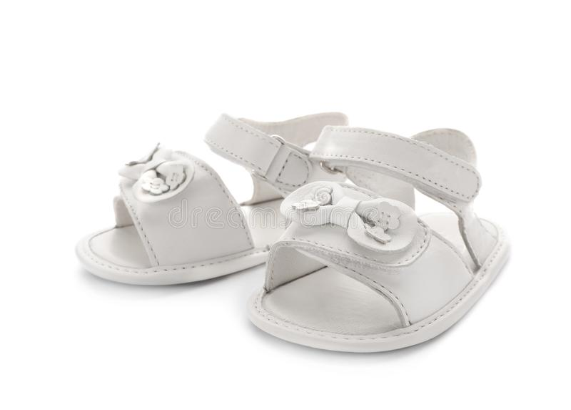 Pares de sandálias bonitos do bebê decoradas com curvas imagem de stock royalty free