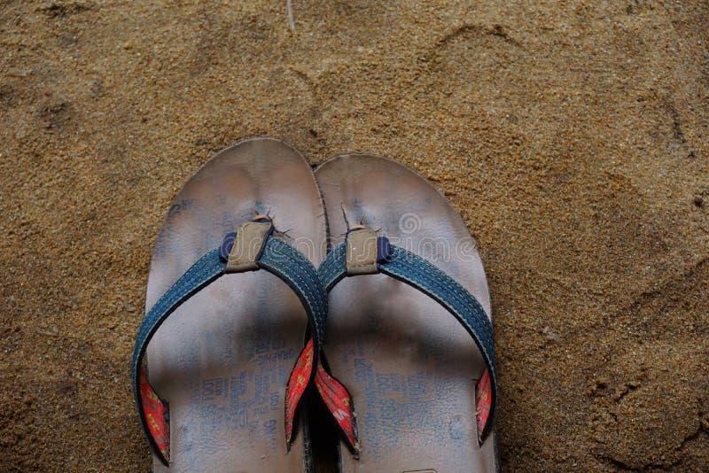 Pares de sandálias marrons do falhanço de aleta dos homens s imagens de stock royalty free