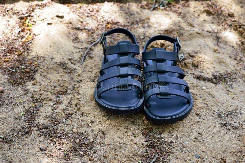 Pares de sandálias na areia foto de stock