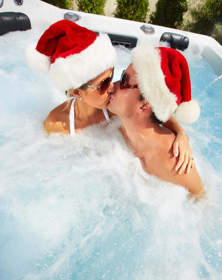 Pares de Santa do Natal feliz no Jacuzzi. imagem de stock royalty free