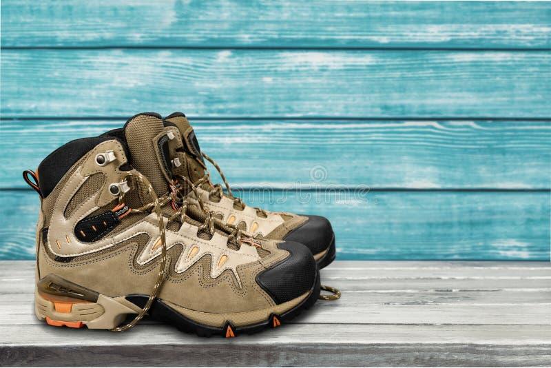 Pares de sapatas desportivas em de madeira azul foto de stock
