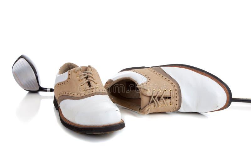 Pares de sapatas Golfing e de um clube de golfe imagens de stock