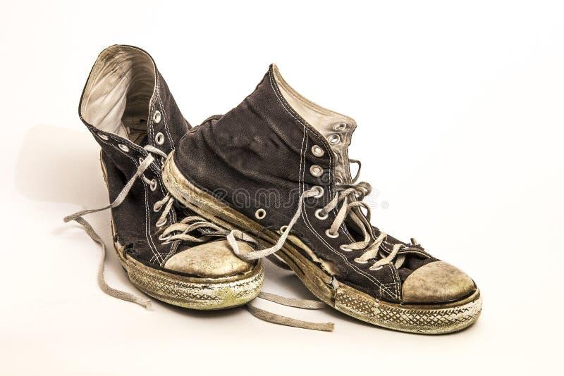 Pares de sapatas de tênis atléticas superiores altas sujas sujas do ` s dos homens ou do ` s do adolescente imagem de stock royalty free