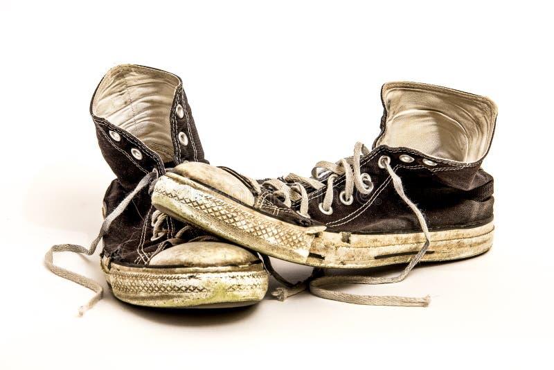 Pares de sapatas de tênis preto e branco superiores altas sujas para fora vestidas s do ` s dos homens ou do ` do adolescente no  fotografia de stock royalty free