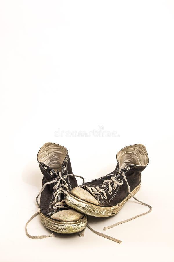 Pares de sapatas de tênis preto e branco superiores altas sujas sujas para fora vestidas s do ` s dos homens ou do ` do adolescen foto de stock