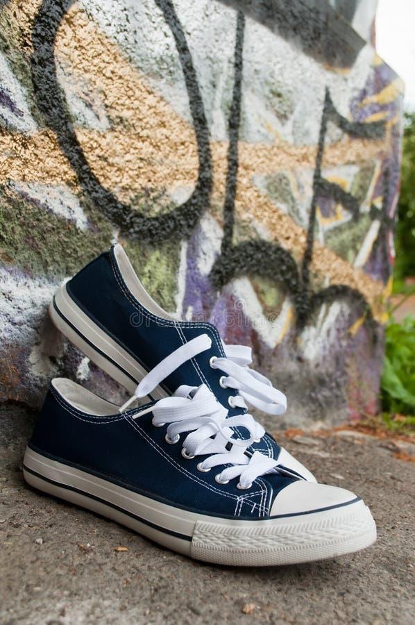 Pares de sapatilhas azuis do verão foto de stock