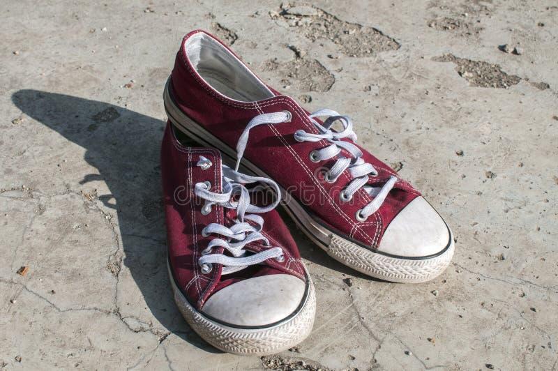 Pares de sapatilhas gastas fotografia de stock