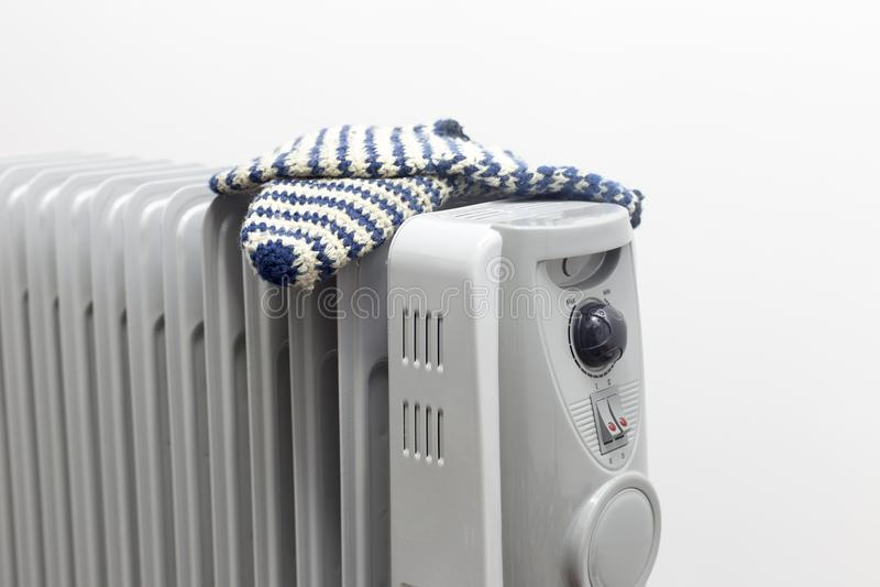 Pares de sequía del calentador de aceite de calcetines azules en el fondo blanco imágenes de archivo libres de regalías