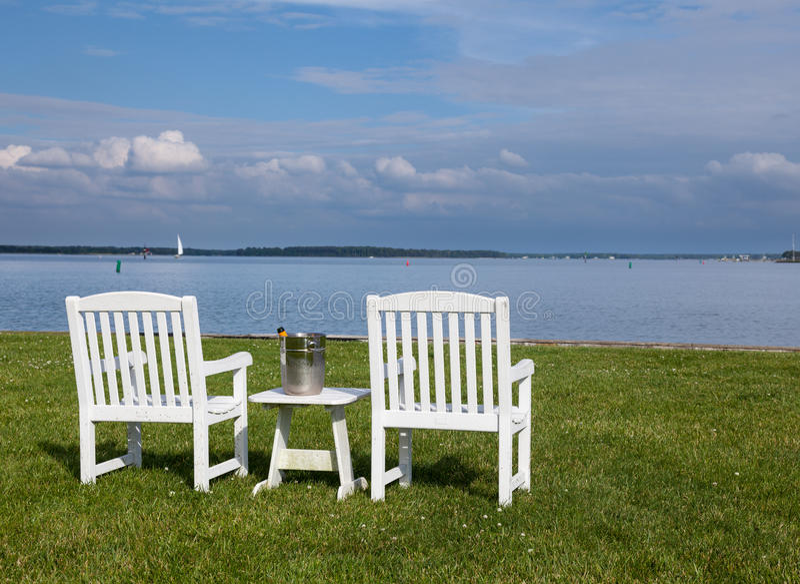 Pares de sillas de jardín por la bahía de Chesapeake fotografía de archivo libre de regalías