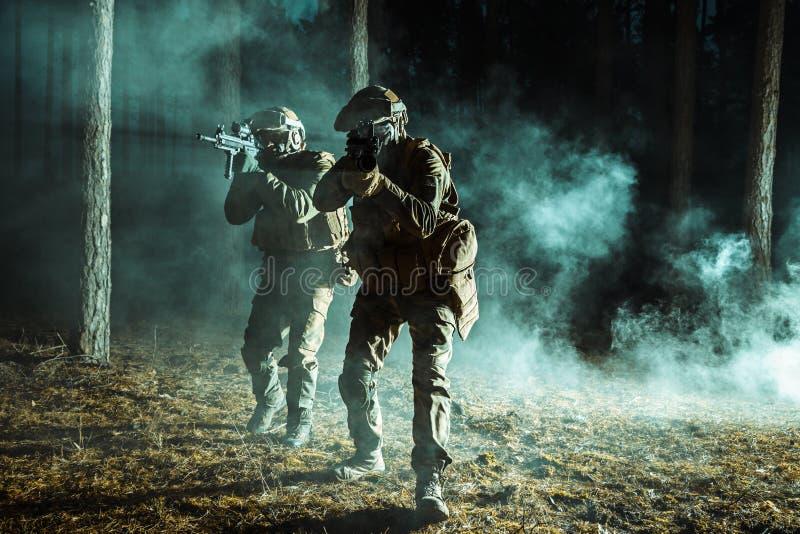 Pares de soldados na floresta imagem de stock royalty free