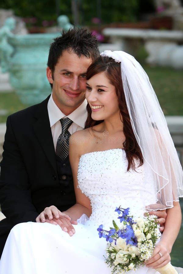 Pares de sorriso bonitos do casamento foto de stock royalty free