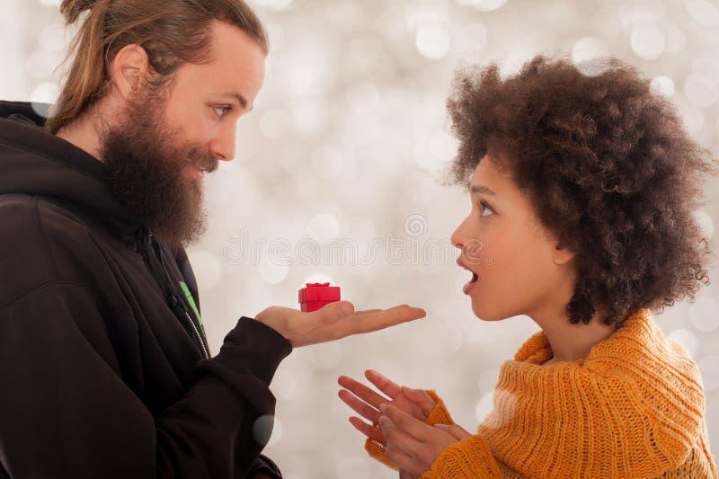 Pares de sorriso com anel de noivado na caixa de presente fotografia de stock royalty free
