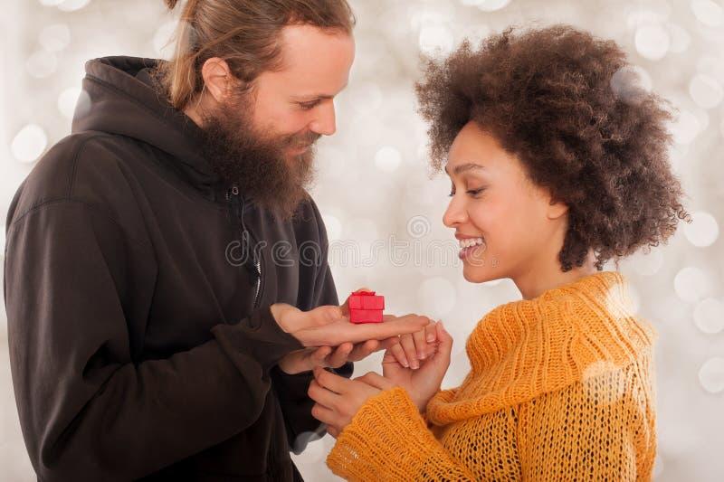 Pares de sorriso com anel de noivado na caixa de presente imagens de stock