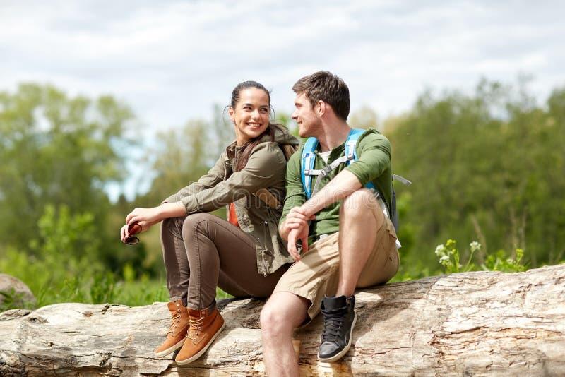Pares de sorriso com as trouxas na natureza fotografia de stock royalty free