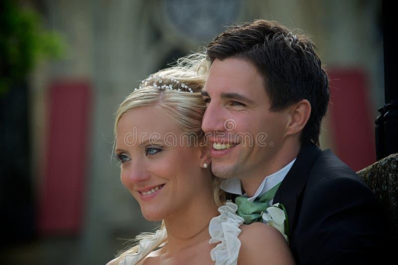 Pares de sorriso do casamento imagens de stock