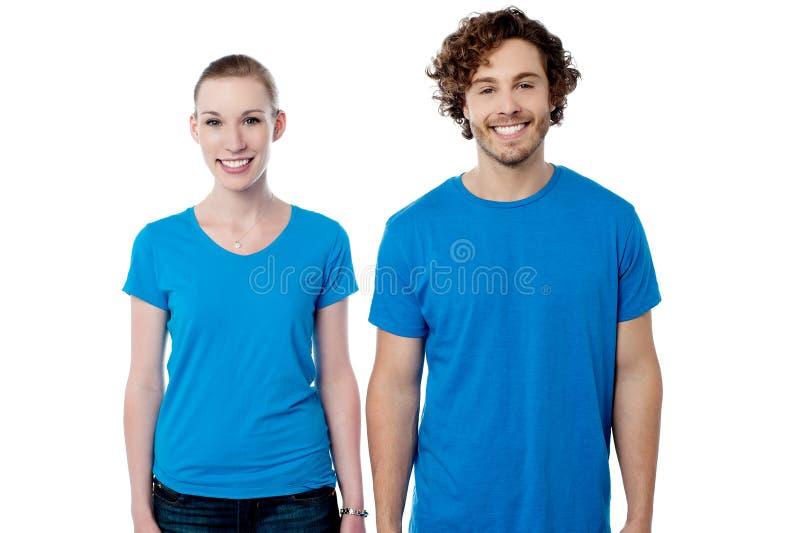 Pares de sorriso em ocasional imagens de stock royalty free