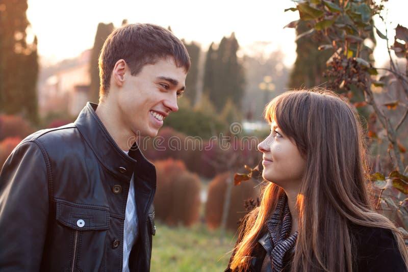 Pares de sorriso felizes no parque do outono fotografia de stock royalty free