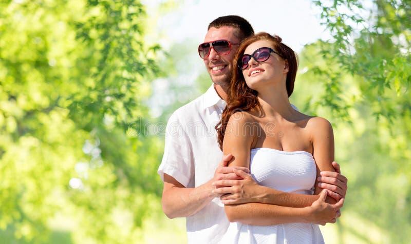 Pares de sorriso felizes nos óculos de sol fotografia de stock