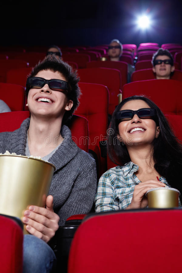 Pares de sorriso no cinema foto de stock