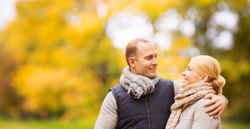 Pares de sorriso no parque do outono fotos de stock royalty free