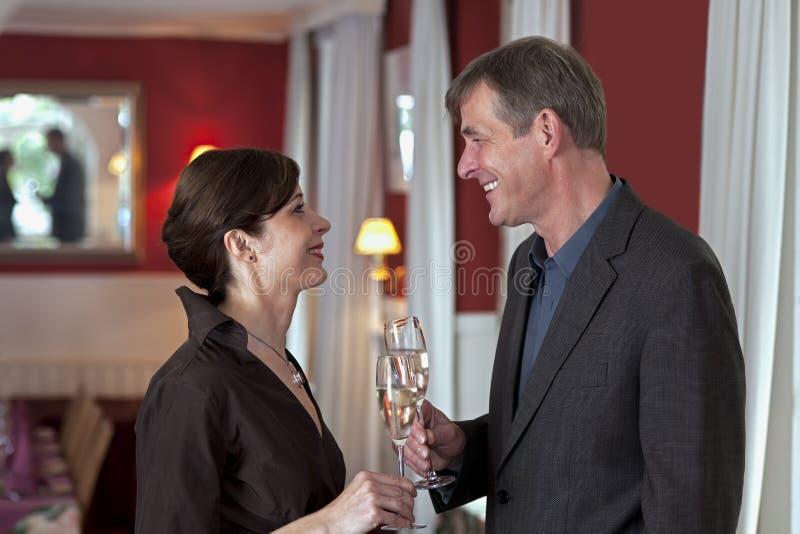 Pares de sorriso que comemoram com Champagne fotografia de stock