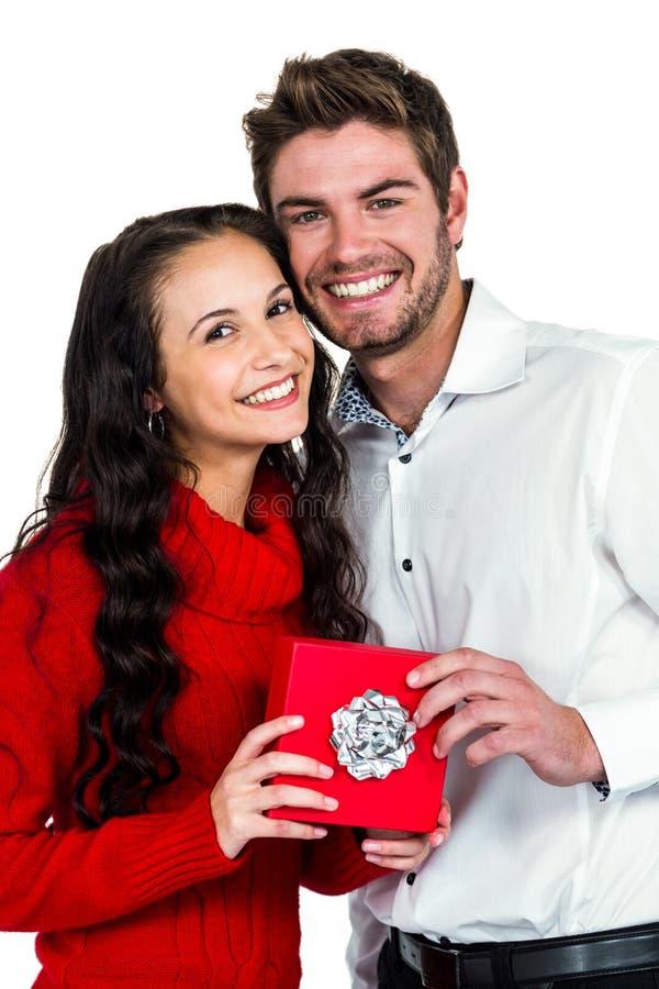 Pares de sorriso que guardam a caixa de presente imagens de stock